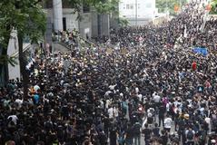 EPA930. <HIT>HONG</HIT> <HIT>KONG</HIT> (CHINA).- Centenares de activistas se congregan ante la sede de la policía Wanchai en <HIT>Hong</HIT> <HIT>Kong</HIT> (China), este viernes. Cientos de manifestantes comenzaron hoy a concentrarse ante el Parlamento de <HIT>Hong</HIT> <HIT>Kong</HIT>, después de que el jueves concluyese el ultimátum lanzado a la jefa del Ejecutivo de esta región especial china, Carrie Lam, para que retire por completo el proyecto de ley de extradición y atienda otras reivindicaciones.