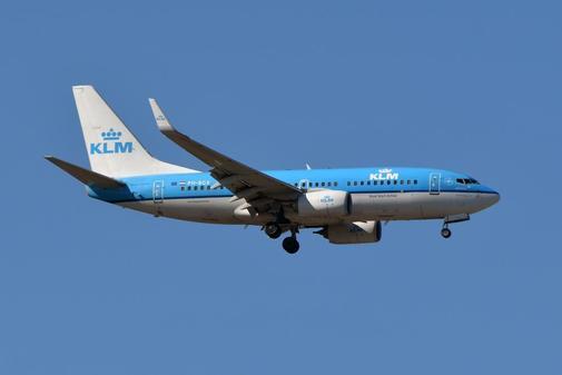 Un Boeing 737 de KLM vuela sobre Toulouse, al sur de Francia.