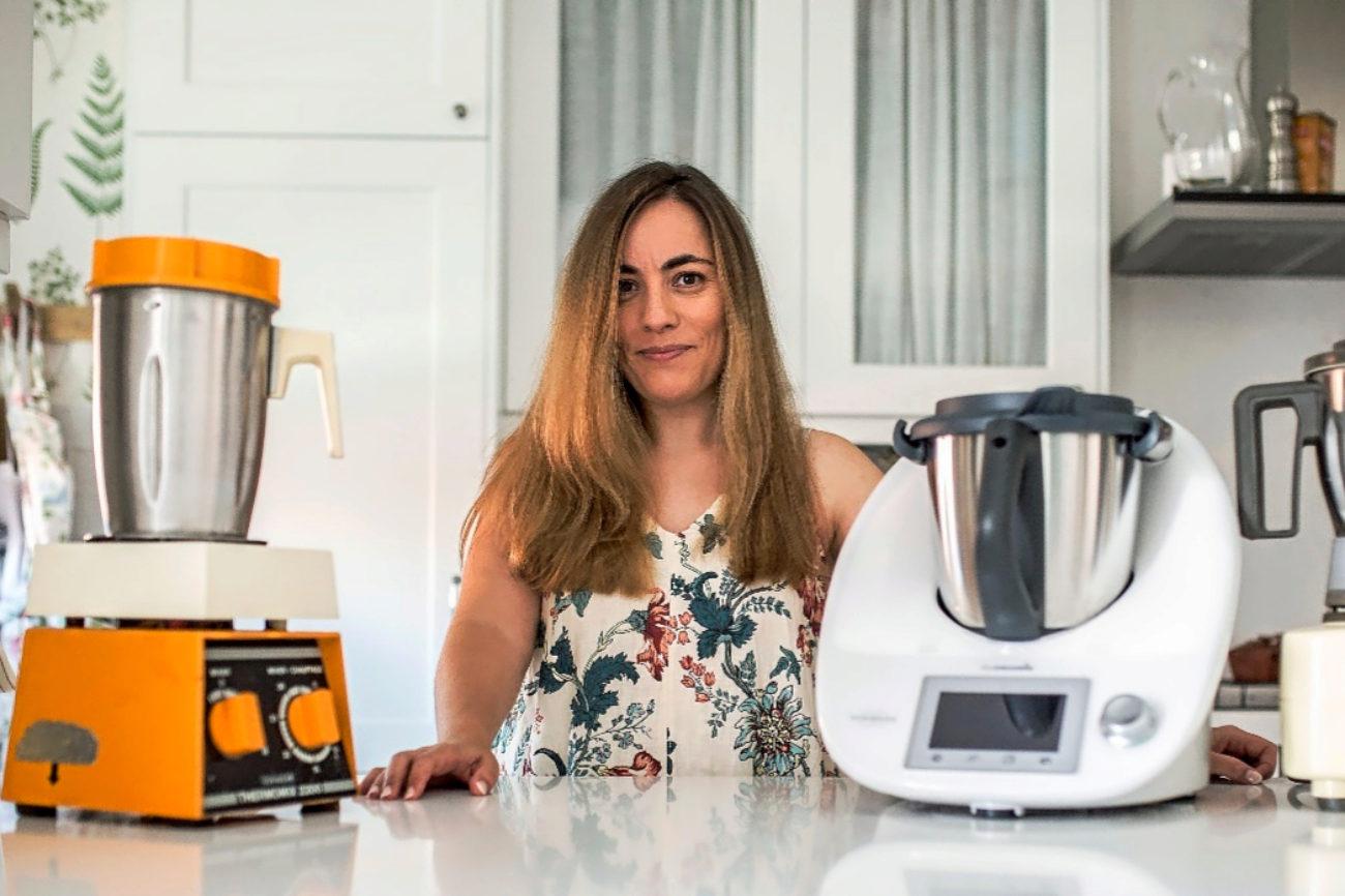 Rosa Ardá, con tres de las cuatro máquinas de Thermomix que tiene, en la cocina de su casa en Madrid.