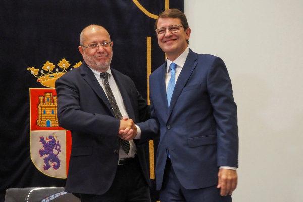 Francisco Igea, de Cs (izq.) y Alfonso Fernández Mañueco (dcha.), del PP, durante la firma del acuerdo de Gobierno.