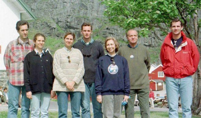 Jaime Marichalar, la Infanta Elena, la Infanta Cristina, Iñaki Urdangarin, la Reina Sofía, el Rey Juan Carlos y el Príncipe Felipe, celebrando el santo del Rey en 1997.