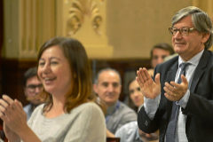 Francina Armengol y Vicenç Thomàs aplaudían ayer en el Parlament balear.