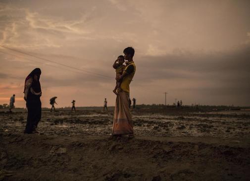 Una madre rohingya, con su hijo, en 2017, en un campamento de refugiados de Bangladesh.