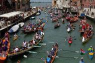 Turistas en el canal Cannaregio en Venecia, Italia.