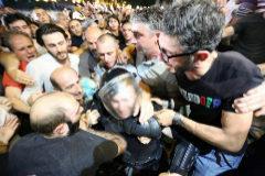 Varios manifestantes rodean a un policía antidisturbios durante las protestas en Tiflis (Georgia).