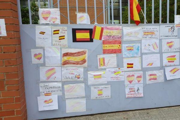 Imagen de la protesta ayer ante la escuela