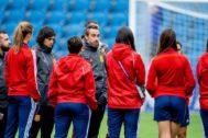 EPA6225. LE HAVRE (FRANCIA).- El entrenador de la selección española de fútbol femenino, Jorge Vilda (5-i), da instrucciones a sus jugadoras durante el <HIT>entrenamiento</HIT> celebrado este viernes en el Stade Oceane de Le Havre, en la víspera de su primer partido del Mundial de Francia ante Sudáfrica.