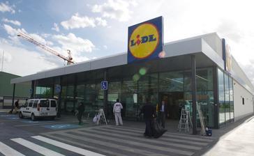 Imagen del último supermercado abierto en el barrio de Adurza en Vitoria.