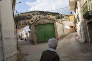 Una mujer pasea por las calles de Gascueña (Cuenca).