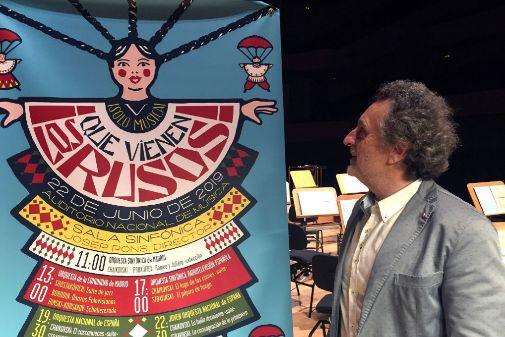 Josep Pons, ante el cartel del recital.