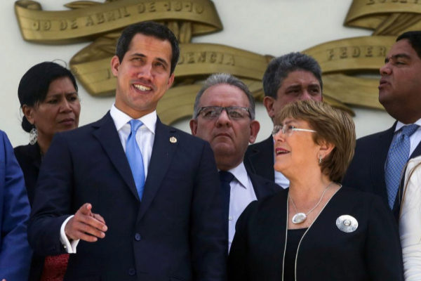 Juan Guaidó recibe a Michelle Bachelet durante su visita a Venezuela.