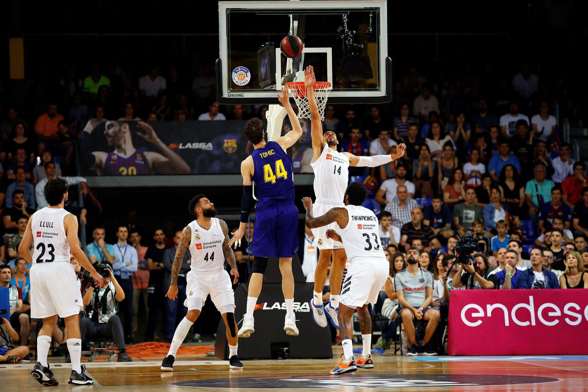 GRAF2457. <HIT>BARCELONA</HIT>.- El pívot croata del <HIT>Barcelona</HIT> Ante Tomic (3i) lanza a canasta ante el pivot mexicano del Real Madrid Gustavo Ayón (2d) durante el cuarto partido del playoff de la final de la Liga Endesa de baloncesto que se disputa esta noche en el Palau Blaugrana.