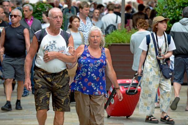 Multitud de turistas pasean por el centro de Palma.