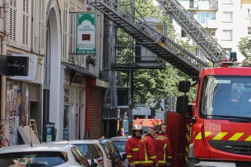 Labores de extinción del incendio en el barrio XI de París, en el...