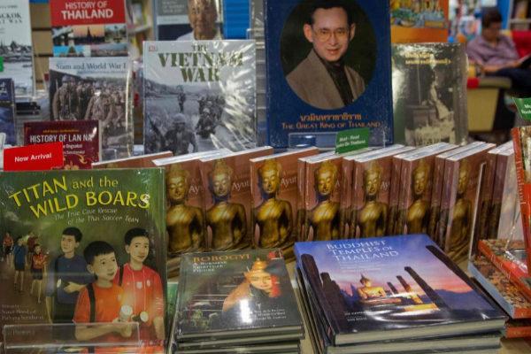 Librería de Bangkok con libros del rescate de los 12 niños del equipo de fútbol 'Jabalíes' y su entrenador de la cueva Tham Luang.