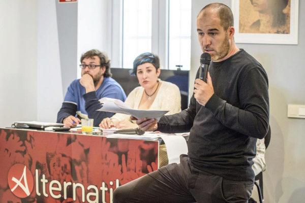 El parlamentario Josu Estarrona interviene en la asamblea.