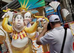 Trump, Franco y los pactos de Sánchez se cuelan en las Hogueras de Alicante