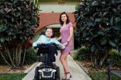Valery acompañado de su novia.