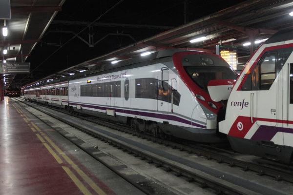 Un tren de Cercanías a su paso por la estación de Chamartín.