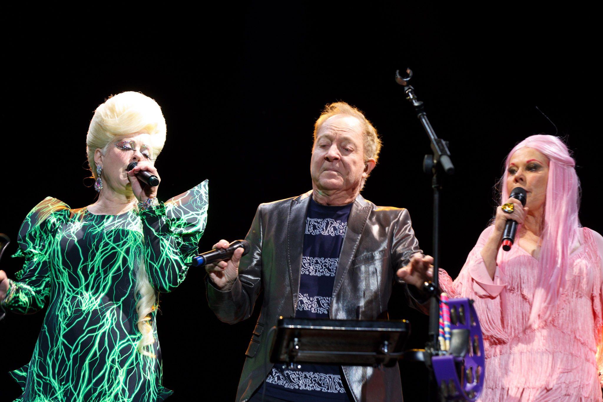 """Los vocalistas de la banda estadounidense """"The B52s""""  Kate Pierson, Fred Schneider y Cindy Wilson."""