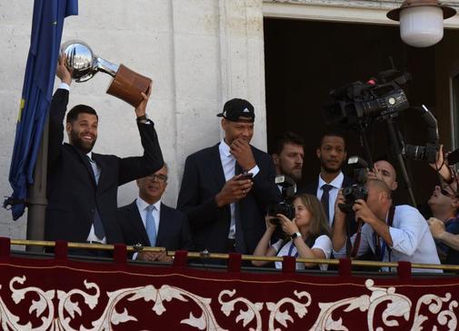 GRAF2719. <HIT>MADRID</HIT>, 22/6/2019.- El jugador del <HIT>Real</HIT> <HIT>Madrid</HIT> Baloncesto Felipe Reyes (i), muestra el trofeo de campeones a los aficionados desde el balcón de la <HIT>Real</HIT> Casa de Correos, sede del Gobierno de la Comunidad de <HIT>Madrid</HIT>, donde los jugadores acudieron este sábado tras ganar su 35ª Liga Endesa al derrotar este jueves al F.C Barcelona en el Palau por 68-74