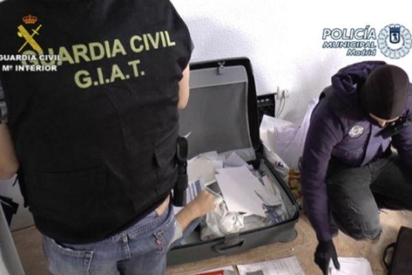 Agentes de la Guardia Civil y la Policía Nacional durante la operación.