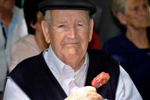 Martín Díaz, con el sonajero recuperado al desenterrar el cuperpo de su madre.