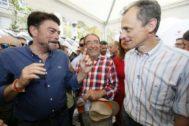 El alcalde de Alicante, Luis Barcala, y el ministro en funciones de Ciencia, Innovación y Universidades, Pedro Duque, junto al ex senador Ángel Franco, este sábado en el racò de EL MUNDO.