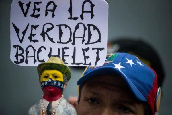 AME5453. CARACAS (VENEZUELA).- Manifestantes opositores se reúnen en las inmediaciones de las oficinas del Programa de las Naciones Unidas para el Desarrollo (PNUD), este viernes durante la visita de la alta comisionada de Naciones Unidas para los derechos humanos, Michelle <HIT>Bachelet</HIT>, en Caracas (Venezuela). <HIT>Bachelet</HIT> se encuentra en una misión oficial de tres días en Venezuela.