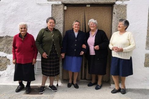 De izquierda a derecha:Paula (88 años), Leoncia (86), María (82), Tomasa (92) y María (80).
