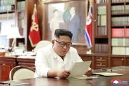El líder norcoreano Kim Jong Un lee una carta del presidente estadounidense Donald Trump, en Pyongyang, Corea del Norte.