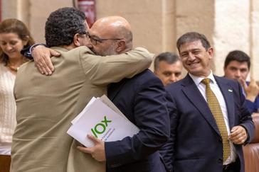 Francisco Serrano abraza, en el salón de pleno del Parlamento, a Alejandro Hernández.
