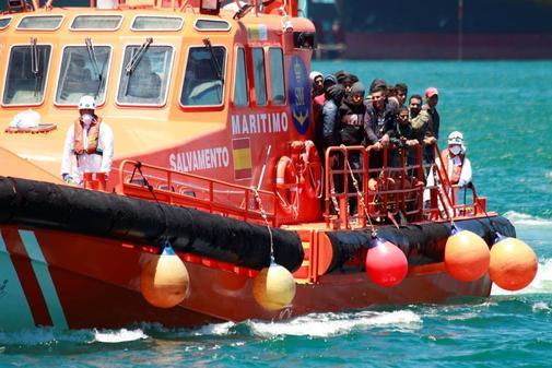 """La embarcación """"Salvamar Gadir"""" traslada al puerto de Algeciras (Cádiz) a los 55 tripulantes de origen magrebí rescatados en junio de 2018 en la costa gaditana"""