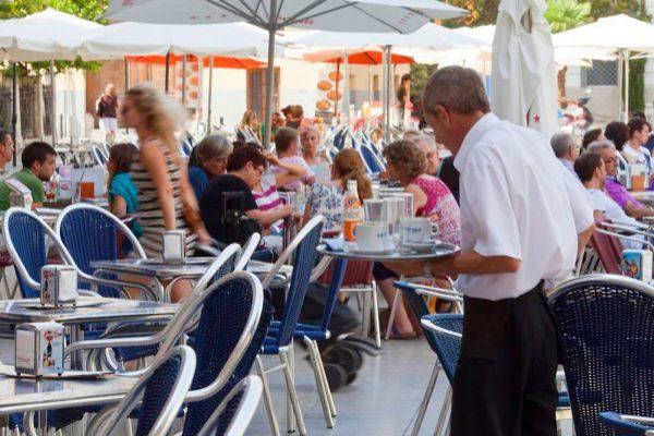 La hostelería balear tiene 49.000 trabajadores más que hace diez años y está en máximos históricos.