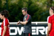 GRAFCVA5928. REIMS.-El entrenador de la selección española , Jorge <HIT>Vilda</HIT>, durante el entrenamiento que han realizado en Reims (Francia) , a dos días de jugar contra EEUU los octavos de final del mundial de Francia 2019 .