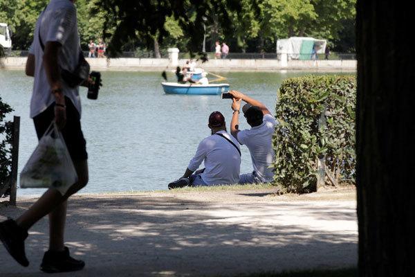 Un grupo este sábado en el estanque de El Retiro madrileño.