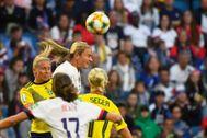 Lindsey Horan gana un balón de cabeza ante Suecia.