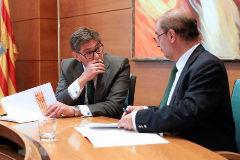 Arturo Aliaga, del PAR, firma un acuerdo de gobierno con el líder del PSOE aragonés, Javier Lambán.