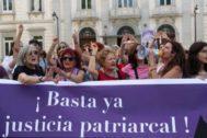 Activistas feministas, celebrando la sentencia del Tribunal Supremo.