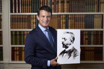 Este jueves, en su encuentro con 'Crónica', Manuel Valls Galfetti sostiene la imagen de su bisabuelo, el catalanista Josep Maria Valls i Vicenç.