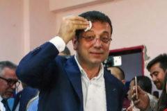 FOTODELDIA-ERD04. <HIT>ESTAMBUL</HIT> (TURQUÍA).- El candidato del partido socialdemócrata CHP a la alcaldía de <HIT>Estambul</HIT>, Ekrem Imamoglu, a su llegada a un colegio electoral de <HIT>Estambul</HIT>, Turquía, este domingo. Los colegios electorales abrieron hoy en <HIT>Estambul</HIT> a las ocho de la mañana (05.00 GMT) para la repetición de los comicios municipales que se celebraron el 31 de marzo pasado en todo el país, pero fueron anulados en la ciudad del Bósforo por supuestas irregularidades. Unos 10,5 millones de electores están llamados a las urnas y se espera una participación masiva, probablemente superior al 83,8 % registrado en marzo.