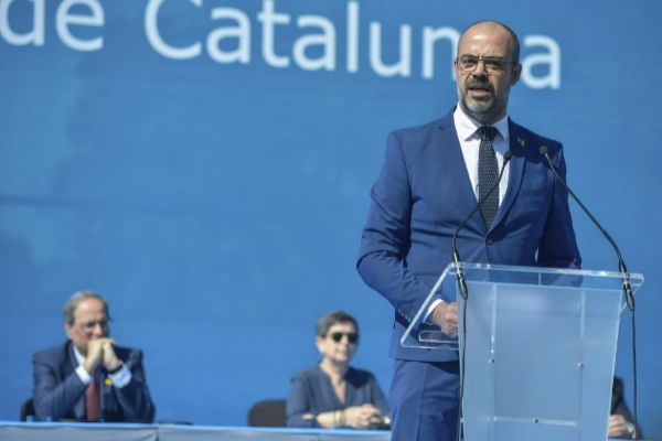 El president de la Generalitat Quim Torra, el conseller Miquel Buch y el comisario jefe de Mossos Eduard Sallent entregan diplomas en la graduación de Mossos d'Esquadra y policías locales.