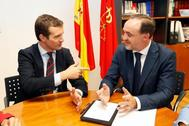 El líder del PP, Pablo Casado, durante la reunión del viernes pasado con Javier Esparza en el Parlamento de Navarra.