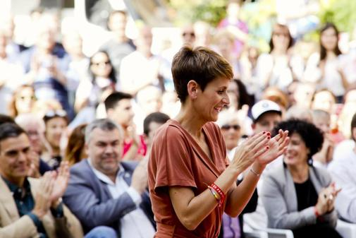 María Chivite, con Pedro Sánchez a la izqda., en un acto del PSOE en Navarra.