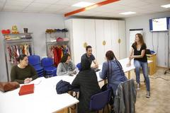 Educadores de la Asociación Cultural La Kalle, situada en Vallecas, con varios jóvenes durante uno de los cursos.
