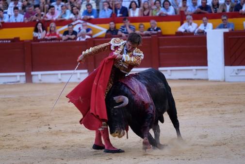 Julián López, El Juli, ejecutando un soberbio pase de pecho durante la lidia del quinto toro de la tarde.