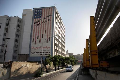 Un edificio exhibe un mural antiestadounidense en el centro de...