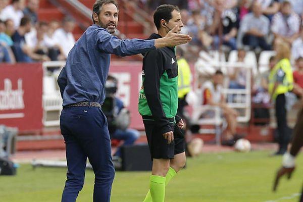 Vicente Moreno dando instrucciones a sus jugadores durante el partido de vuelta de la eliminatoria ante el Albacete jugado en el Carlos Belmonte.