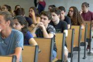 Alumnos de selectividad antes de hacer uno de los exámenes en el primer día de las pruebas en la UIB.