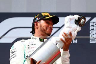 Hamilton, con el trofeo del GP de Francia.